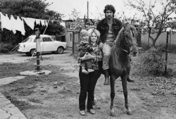 Christian Borchert. Familie S./S. (Melkerin, Melker) auf ihrem Grundstück, Steinhagen-Krummenhagen (Mecklenburg), 1983